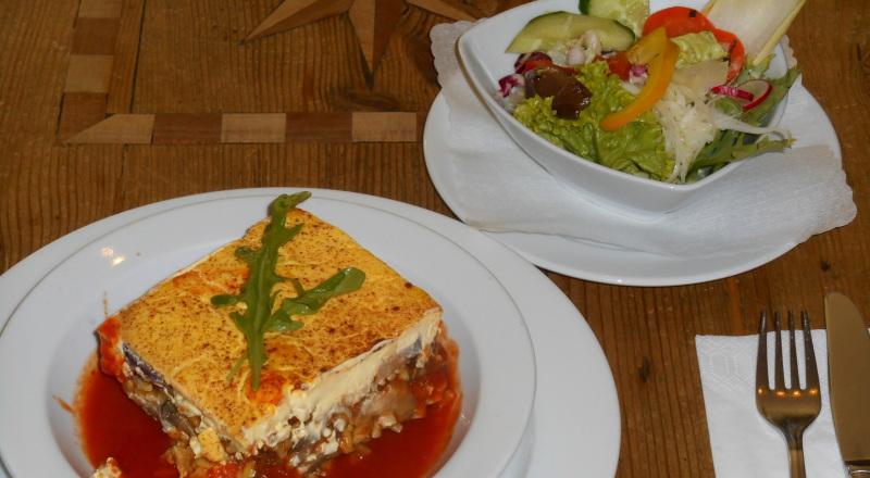 Pastizzio mit Salat